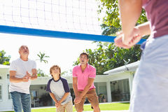 Multi famiglia maschio della generazione che gioca pallavolo in giardino Fotografia Stock Libera da Diritti