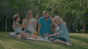 Multi famiglia positiva della generazione che gode del picnic video d archivio