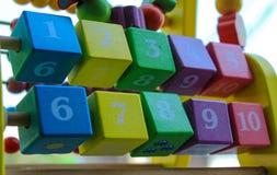 Multi Farbe der hölzernen Quadrate des Abakusses für Kinder Lizenzfreie Stockfotos