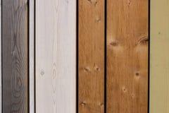 Multi Farbe malte hölzerne Planken in einer Spalte stockfoto