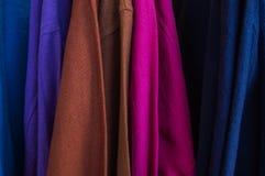 Multi Farbe von Kleidung gebildet von der Baumwolle, Abschluss Stockfotografie