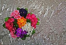 Multi Farbe von Plastikblumen für Dekorationen auf Bürotisch lizenzfreie stockfotografie