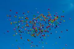 Multi Farbeballons, die oben herein zum Himmel fliegen lizenzfreie stockfotos