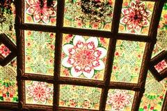 Multi Farbglasdecke im buddhistischen Tempel Lizenzfreie Stockfotografie