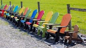 Multi farbige adirondack Stühle Stockbilder