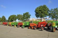 Multi farbige alte wieder hergestellte Traktoraufstellung Stockfotografie