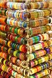 Multi farbige Armbänder von Indien Stockbild