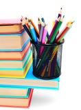 Multi - farbige Bücher und Korb mit Bleistiften. Stockbilder