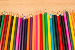 Multi farbige Bleistifte mit Text-Raum Stockbilder
