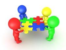 multi farbige Charaktere 3D, die Puzzlespielstücke halten, die passten Stockbilder