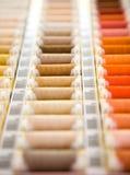 Multi farbige Nähgarne stockbilder