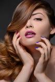Multi farbige Nägel. Porträt von den Schönheiten, die Gesicht w berühren Stockbilder