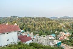 Multi farbige Reihenhäuser auf eine Hügelstation mit Berg im Hintergrund, Salem, Yercaud, tamilnadu, Indien, am 29. April 2017 stockfoto