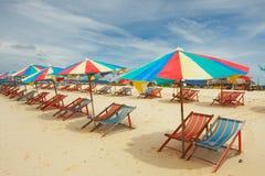 Multi farbige Sonnenschirme auf leerem Strand Lizenzfreies Stockbild