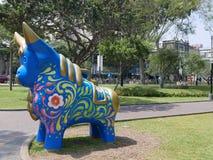 Multi farbige Stierstatue im Park am 7. Juni, Lima Stockfotografie