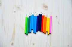 Multi farbige Zeichenstifte Stockfotografie