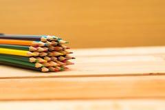 Multi farbiger Bleistifthintergrund mit Text-Raum Lizenzfreie Stockfotografie