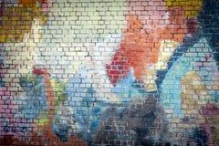 Multi farbiger Graffiti gemalter Backsteinmauerhintergrund stockbild