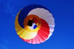 Multi farbiger Heißluftballon auf einem blauen Himmel 2 Lizenzfreies Stockfoto