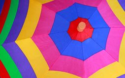 Multi farbiger Sonnenschirm oder Regenschirm lizenzfreies stockbild
