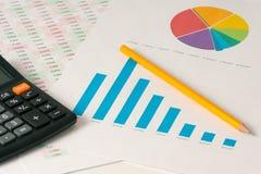 Multi Farbtorte und Balkendiagramme mit Taschenrechner Lizenzfreie Stockfotos