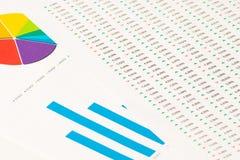 Multi Farbtorte und blaue Balkendiagramme mit Bericht Stockbild