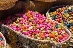 Multi fiori secchi colorati da vendere nel souk di Marrakesh Fotografia Stock Libera da Diritti