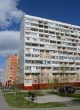 Multi-flathuis op Dzerzhinsky-Straat in Kokoshkino, het Administratieve District van Novomoskovsk van Moskou Stock Afbeelding
