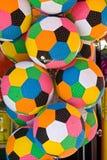 Multi futebóis coloridos que penduram acima. Imagem de Stock