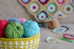Multi Gekleurde baby algemene en kleurrijke garens op bank royalty-vrije stock foto's