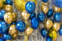 Multi gekleurde ballons en Vieringsachtergrond voor uitnodiging royalty-vrije stock foto