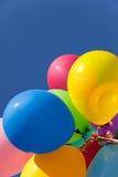 Multi gekleurde ballons met een hemelachtergrond Stock Afbeeldingen