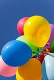 Multi gekleurde ballons met een hemelachtergrond Stock Afbeelding