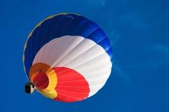 Multi gekleurde hete luchtballon op een blauwe hemel 1 stock afbeeldingen