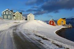 Multi gekleurde huizen in noordelijk Noorwegen Stock Foto