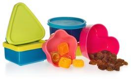 Multi gekleurde keukenvormen met rozijnen en suikergoed Doos in de vorm van hart, ster, asquare en een cirkel wordt gesloten die Royalty-vrije Stock Foto's