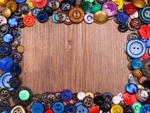 Multi gekleurde oude manierknopen op houten achtergrond Stock Fotografie