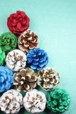 Multi Gekleurde Pinecones leidde tot een Kerstboom royalty-vrije stock foto's