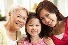 Multi Genenration chinesische Familie, die sich zu Hause entspannt Lizenzfreie Stockbilder