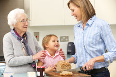 Multi-generation οικογένεια που προετοιμάζει τα τρόφιμα στην κουζίνα Στοκ εικόνες με δικαίωμα ελεύθερης χρήσης