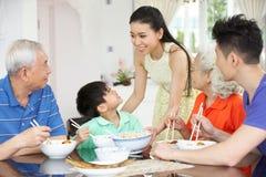 Multi-Generation kinesisk familj som äter mål Royaltyfri Bild