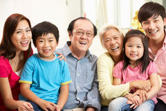 Multi-Generation kinesisk familj som hemma kopplar av arkivfoto