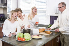 Multi-Generations-Afamilie, die das Mittagessen in der Küche bildet Stockfoto
