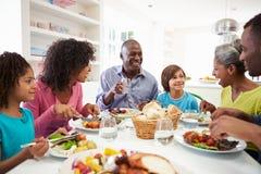 Multi Generations-Afroamerikaner-Familie, die zu Hause Mahlzeit isst