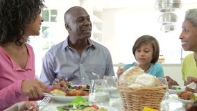 Multi Generations-Afroamerikaner-Familie, die zu Hause Mahlzeit isst stock video footage