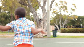 Multi Generations-Familie, die Basketball spielt stock footage