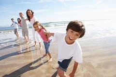 Multi Generations-Familie, die Spaß auf Strandurlaub hat Stockbild