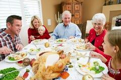 Multi Generations-Familie, die Weihnachtsmahlzeit hat Lizenzfreie Stockfotos