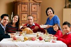 Multi Generations-Familie, die Weihnachtsmahlzeit hat Stockfotos