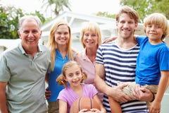Multi Generations-Familie, die zusammen Basketball spielt Stockbild